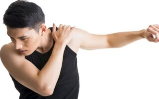 Сильно болят плечи